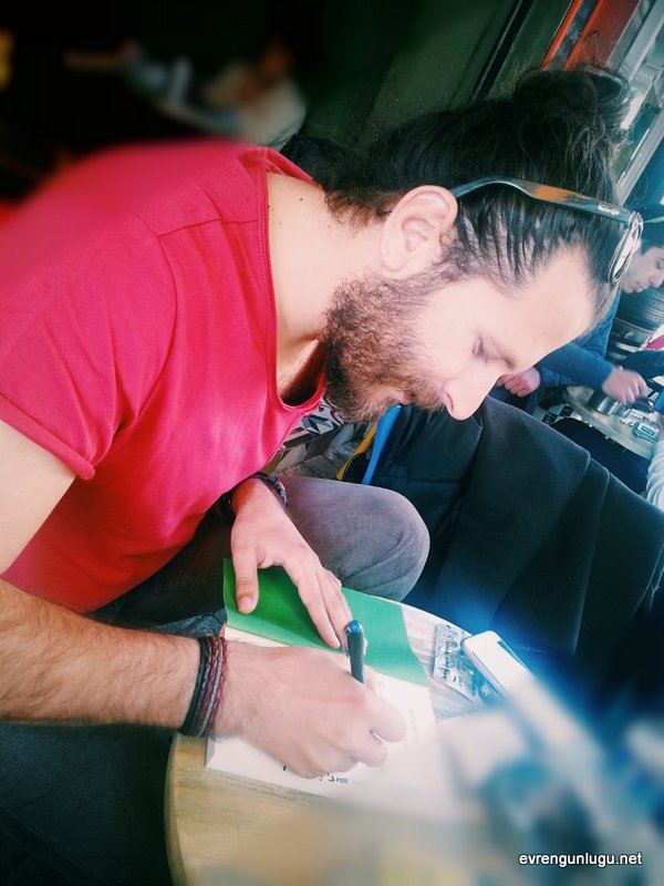 Hasan, kitabımı imzalarken...